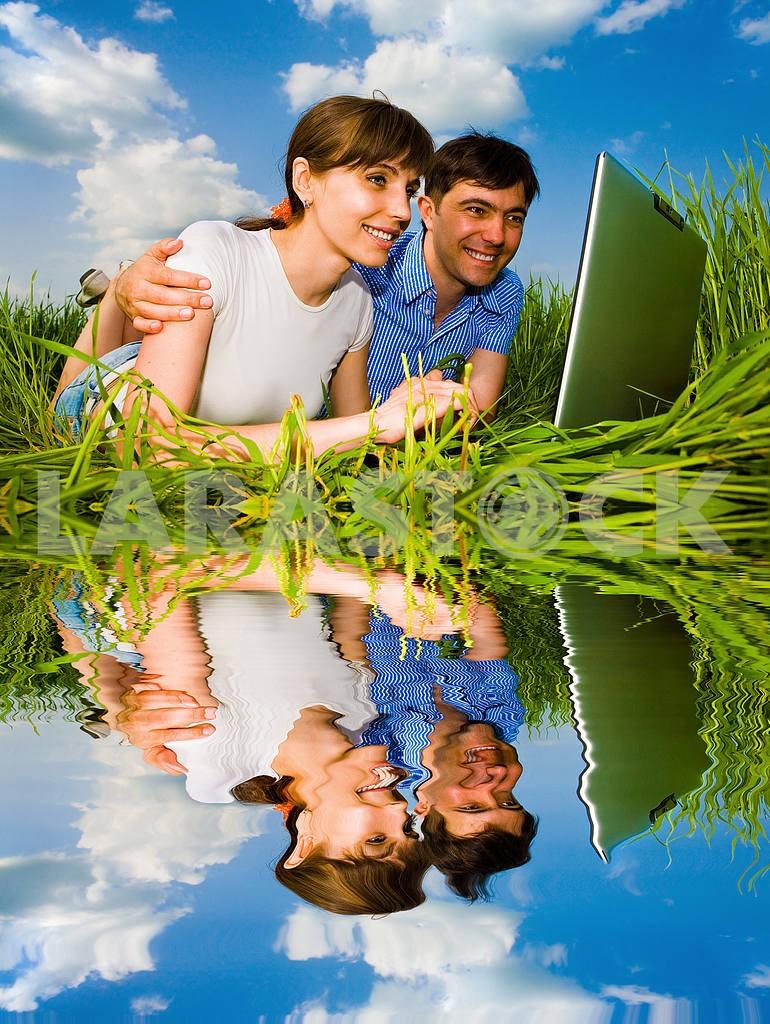 Повседневная счастливая пара на ноутбуке на открытом воздухе. Положите на гр — Изображение 10016