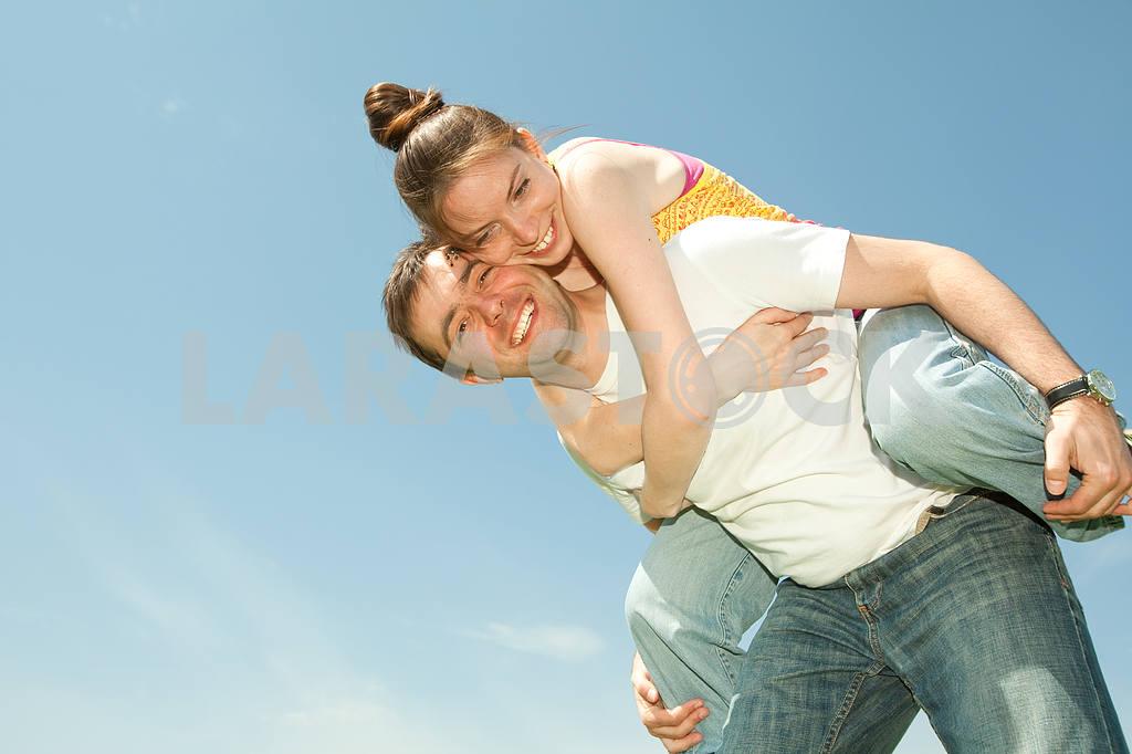 Молодые любви пара, улыбаясь в голубое небо — Изображение 10029