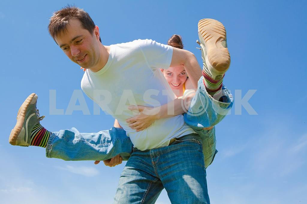 Молодые любви пара, улыбаясь в голубое небо — Изображение 10031
