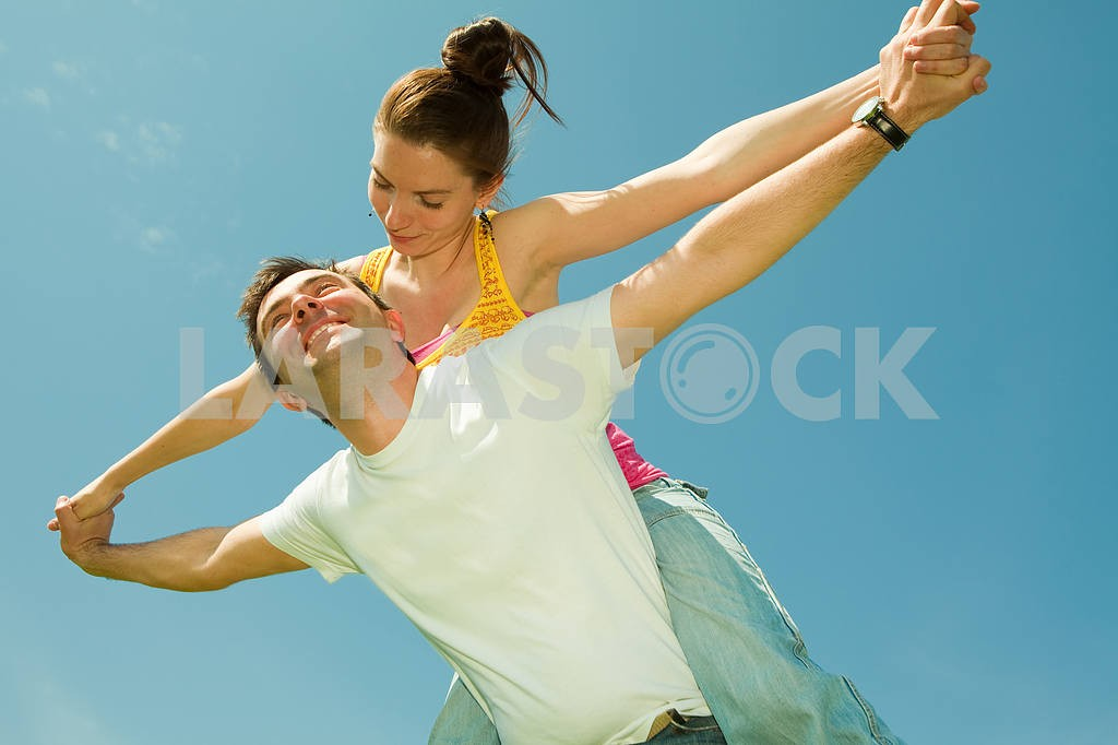Young love Couple smiling under blue sky — Image 10032