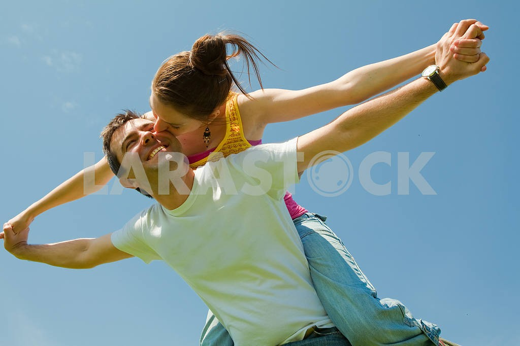 Молодые любви пара, улыбаясь в голубое небо — Изображение 10033