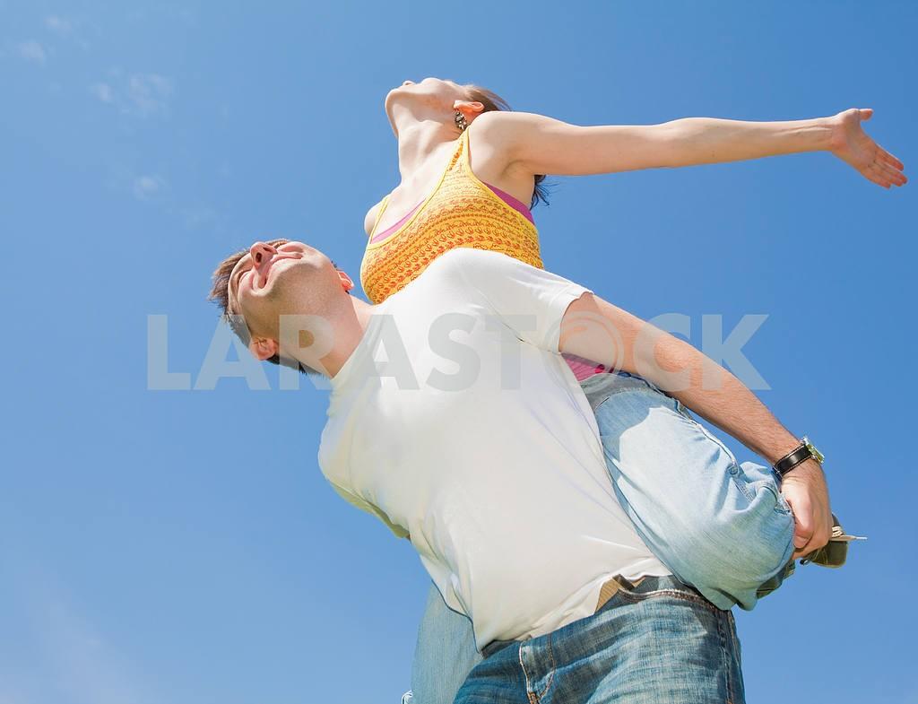 Молодые любви пара, улыбаясь в голубое небо — Изображение 10034