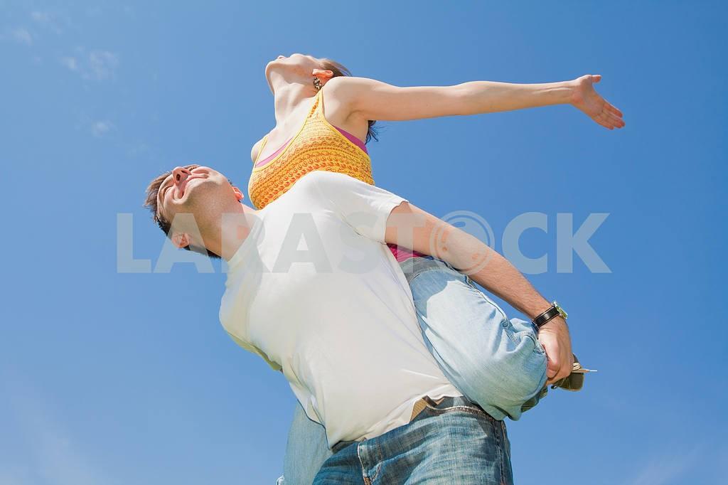 Молодые любви пара, улыбаясь в голубое небо — Изображение 10035