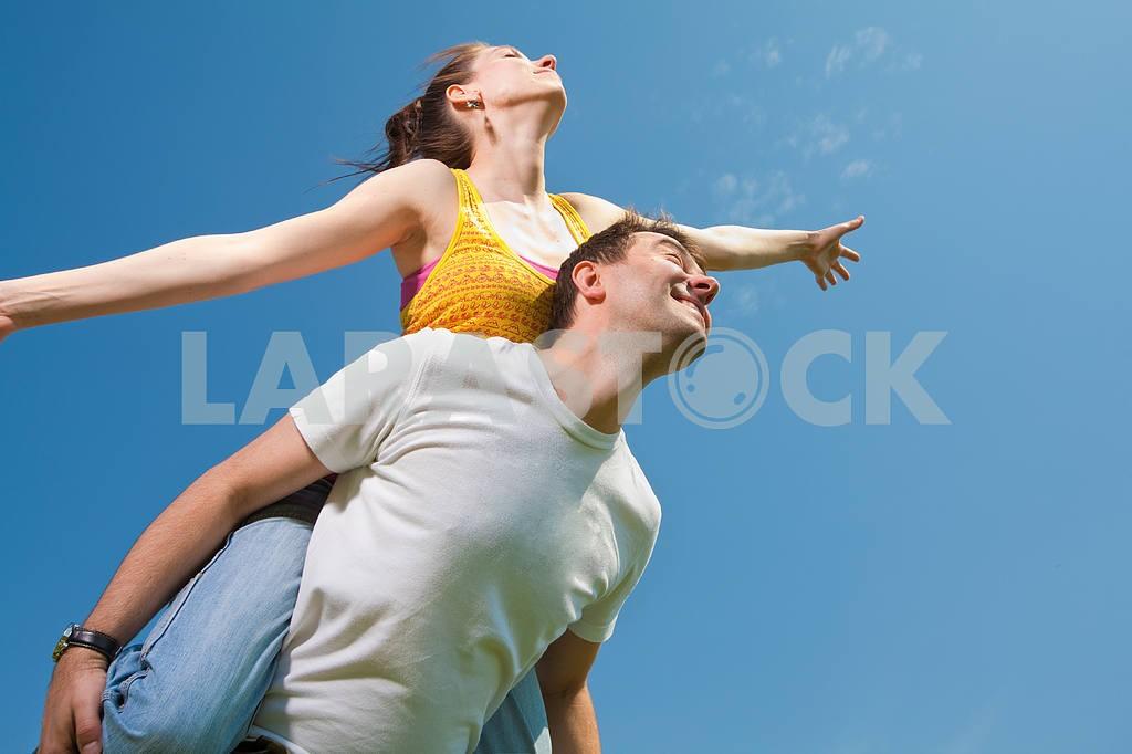 Молодые любви пара, улыбаясь в голубое небо — Изображение 10036