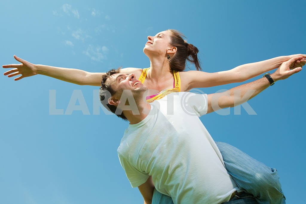 Молодые любви пара, улыбаясь в голубое небо — Изображение 10038