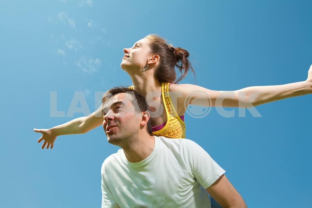 Молодые любви пара, улыбаясь в голубое небо — Изображение 10039