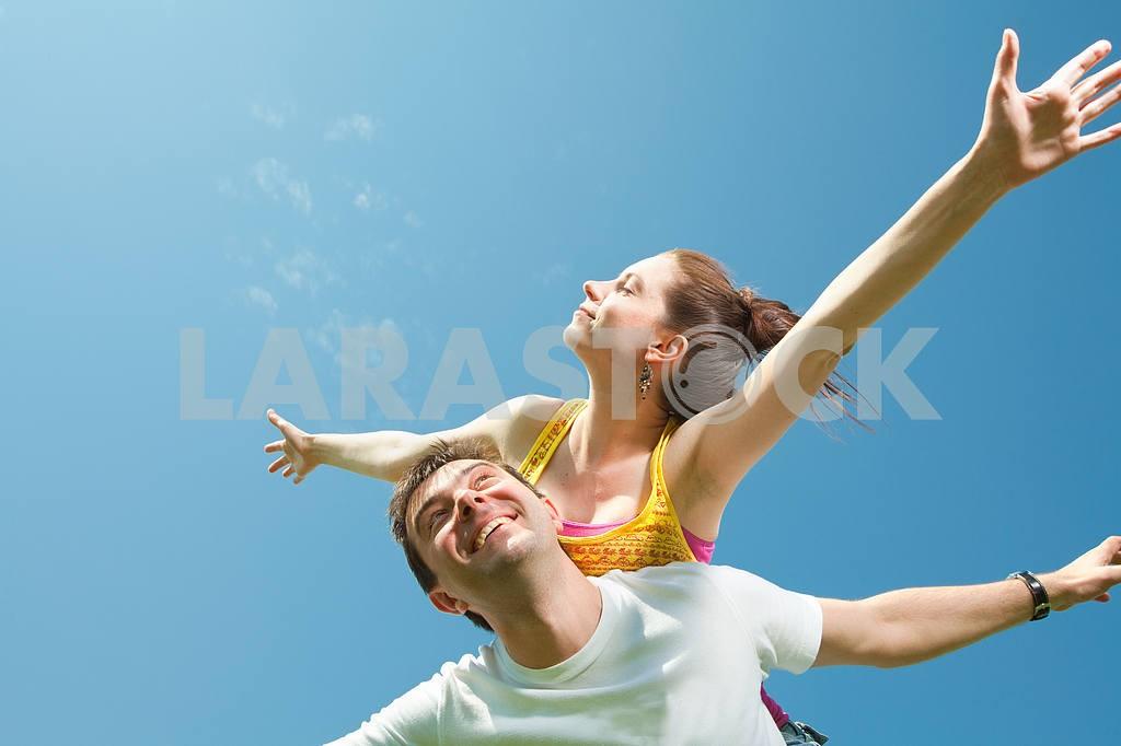 Молодые любви пара, улыбаясь в голубое небо — Изображение 10041
