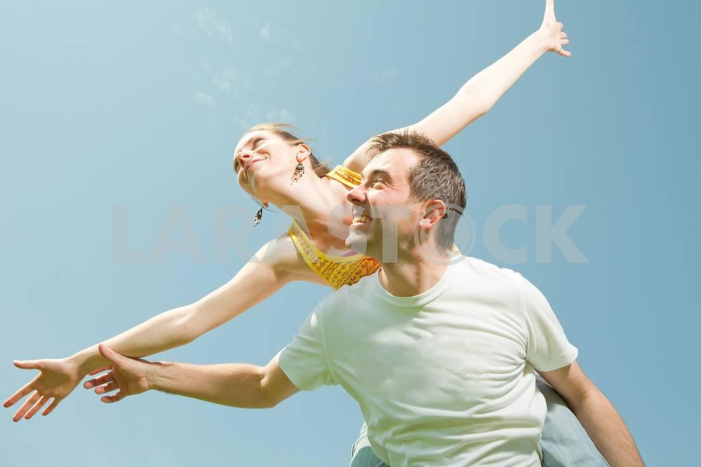 Молодые любви пара, улыбаясь в голубое небо — Изображение 10042