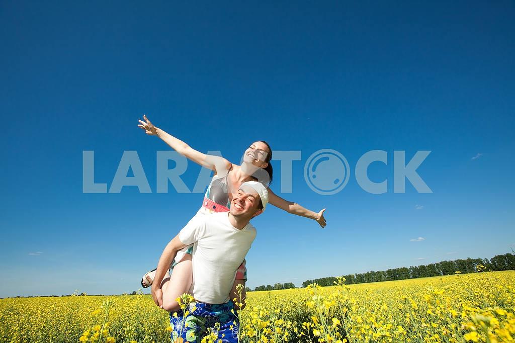 Молодые любви пара, улыбаясь в голубое небо — Изображение 10046