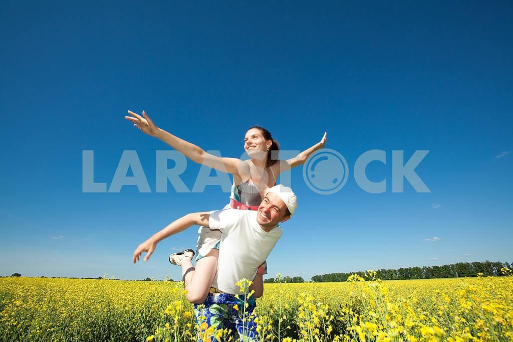Молодые любви пара, улыбаясь в голубое небо — Изображение 10047