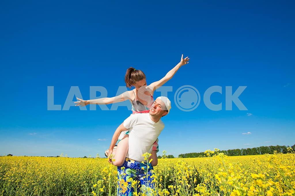 Молодые любви пара, улыбаясь в голубое небо — Изображение 10048