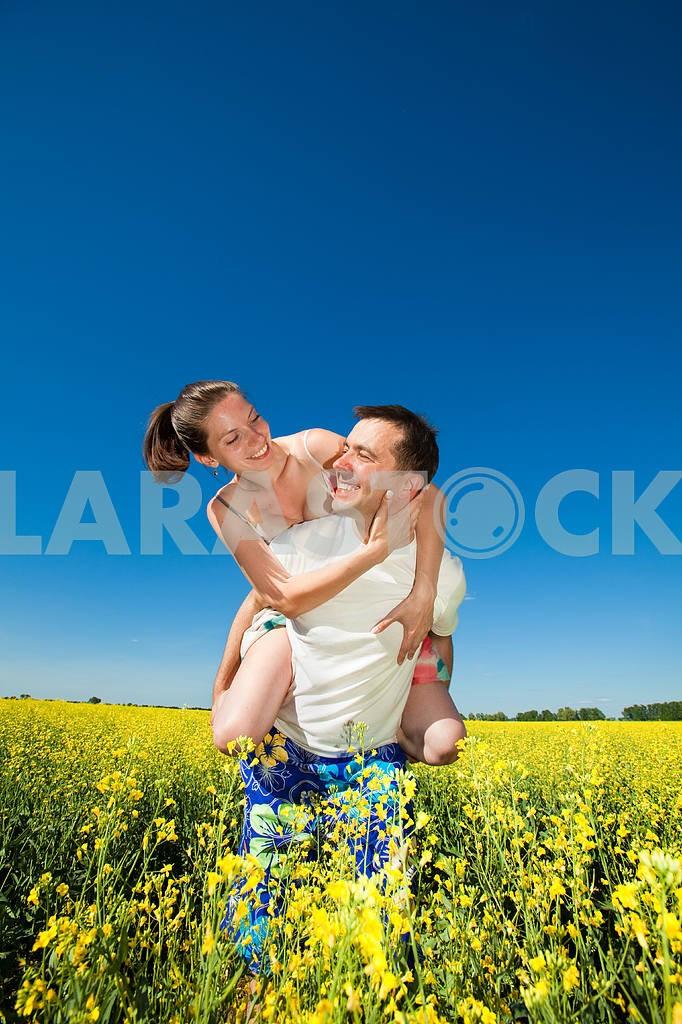 Молодые любви пара, улыбаясь в голубое небо — Изображение 10057