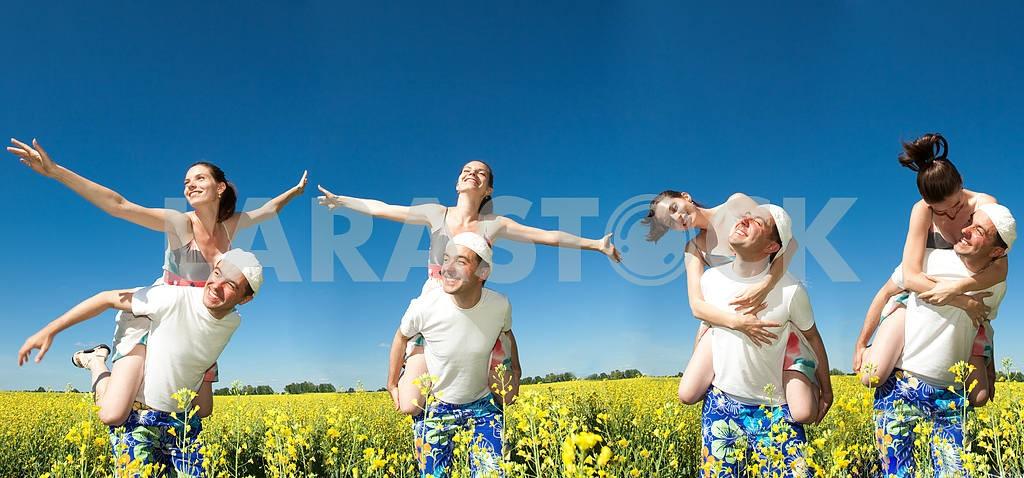 Молодые любви пара, улыбаясь в голубое небо — Изображение 10058