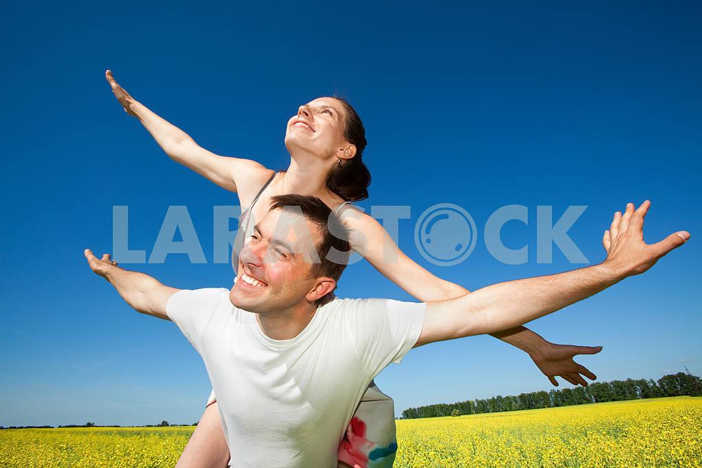 Молодые любви пара, улыбаясь в голубое небо — Изображение 10060