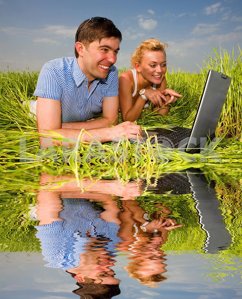 Повседневная счастливая пара на ноутбуке на открытом воздухе. Положите на гр — Изображение 10066