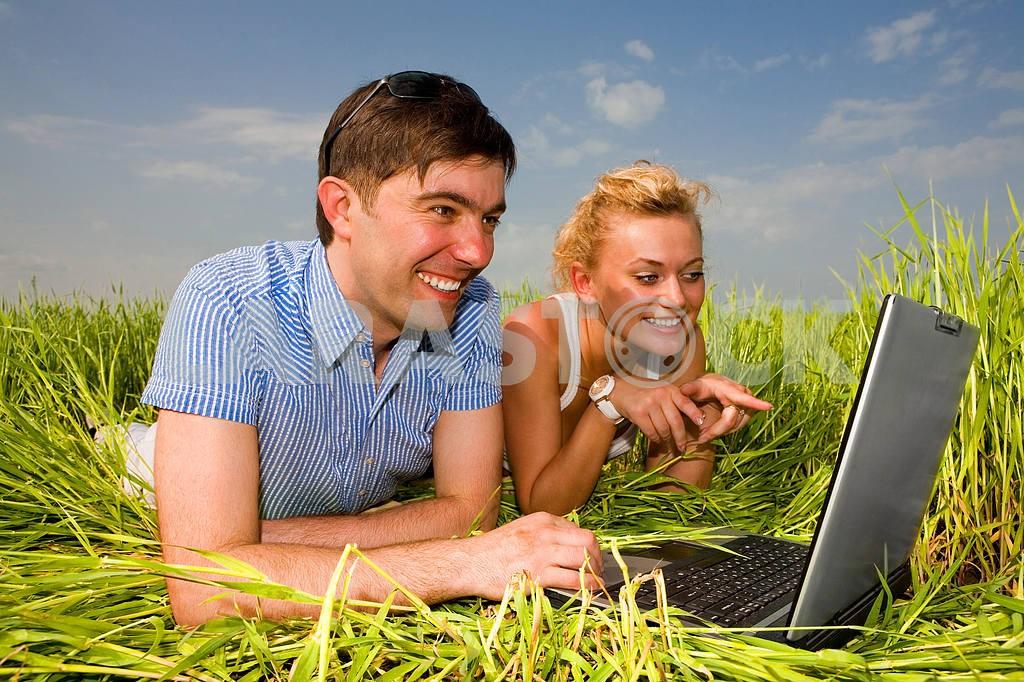 Повседневная счастливая пара на ноутбуке на открытом воздухе. Положите на гр — Изображение 10067