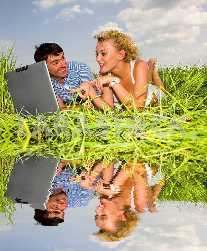 Повседневная счастливая пара на ноутбуке на открытом воздухе. Положите на гр — Изображение 10074