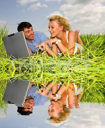 Повседневная счастливая пара на ноутбуке на открытом воздухе. Положите на гр
