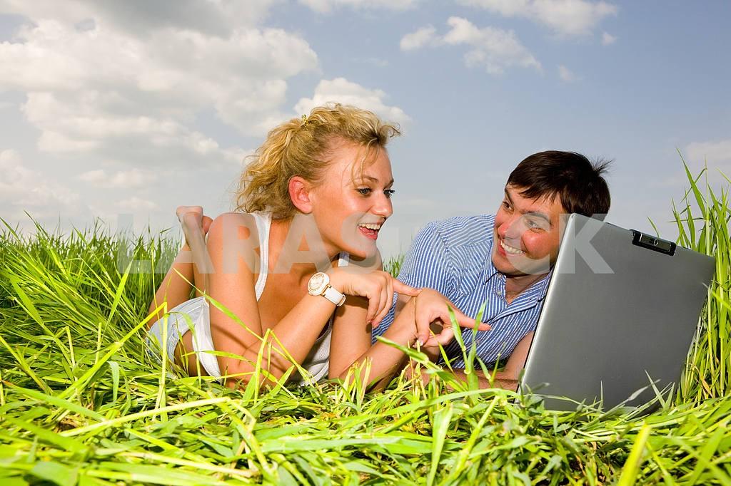 Повседневная счастливая пара на ноутбуке на открытом воздухе. Положите на гр — Изображение 10075