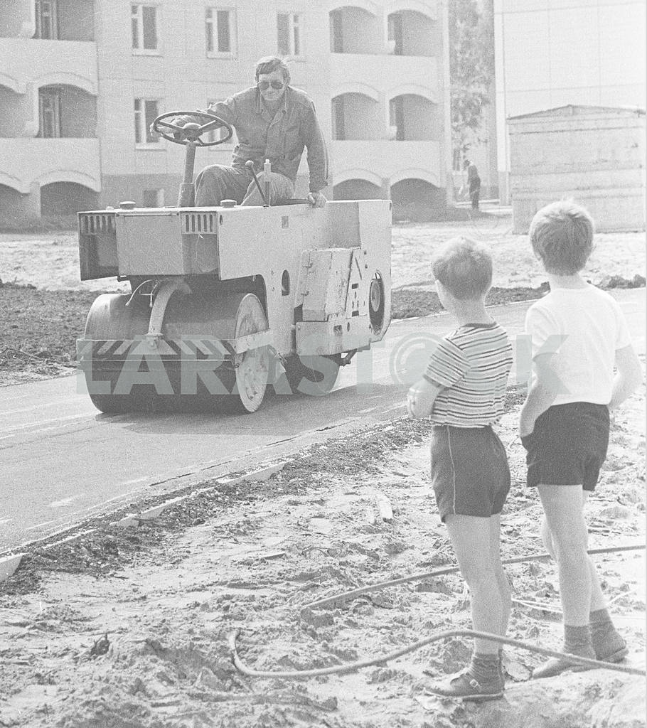 Children watching the laying of asphalt — Image 10087