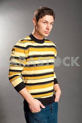 Молодые люди , одетые в свитер и джинсы