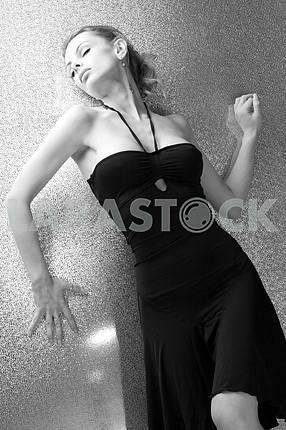 Красивая молодая женщина передней яркий фон