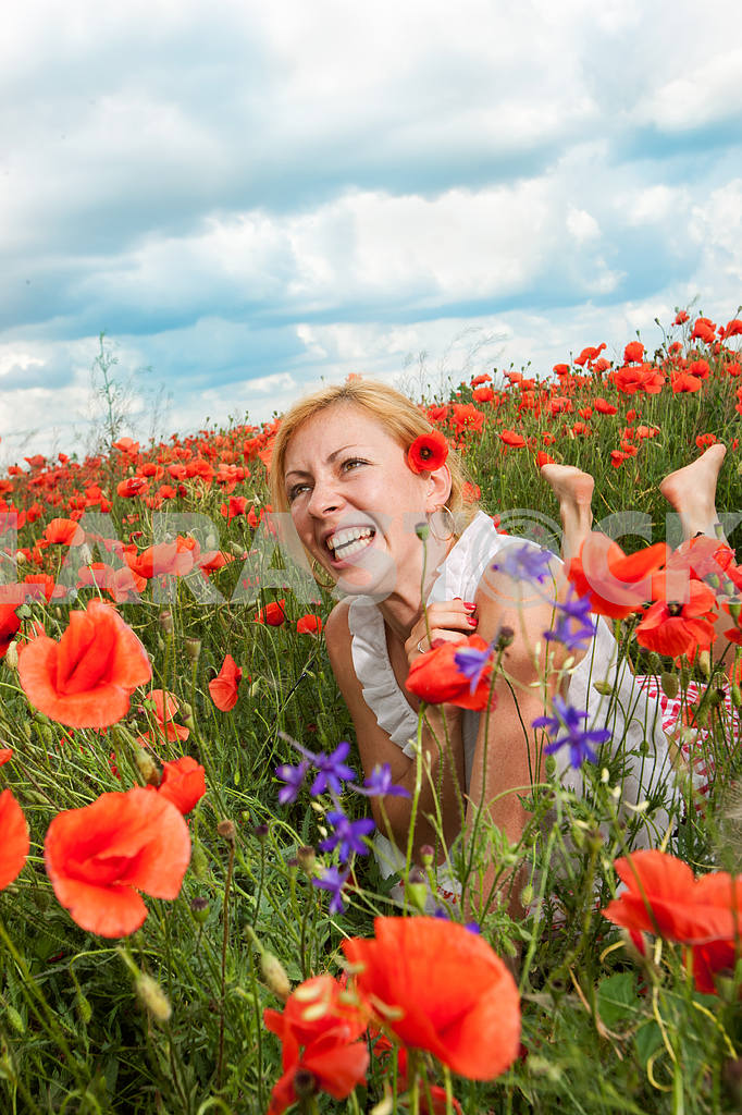 Girl in a field of poppies — Image 10640