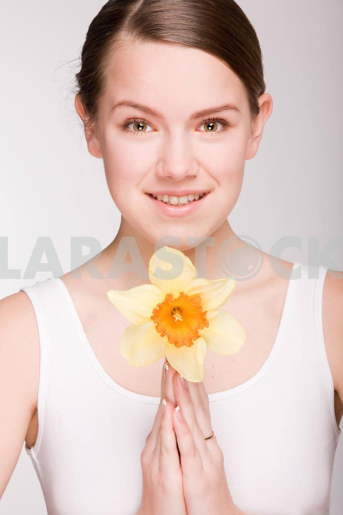 Портрет Красивая девушка с цветком. Фокус на глазах — Изображение 10890
