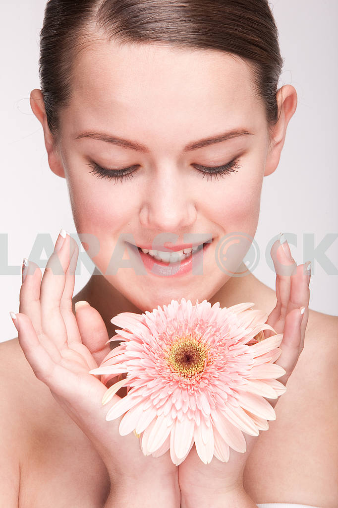 Портрет Красивая девушка с цветком. Фокус на глазах — Изображение 10929