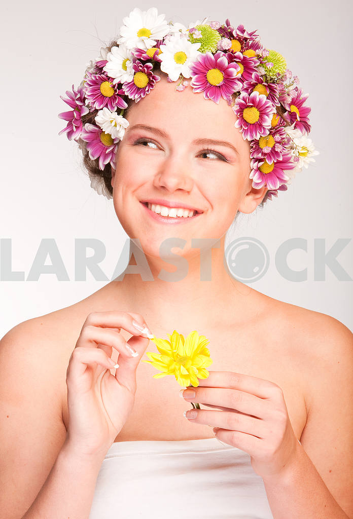 Portrait Beautiful girl with flower. Focus on eyes — Image 10952