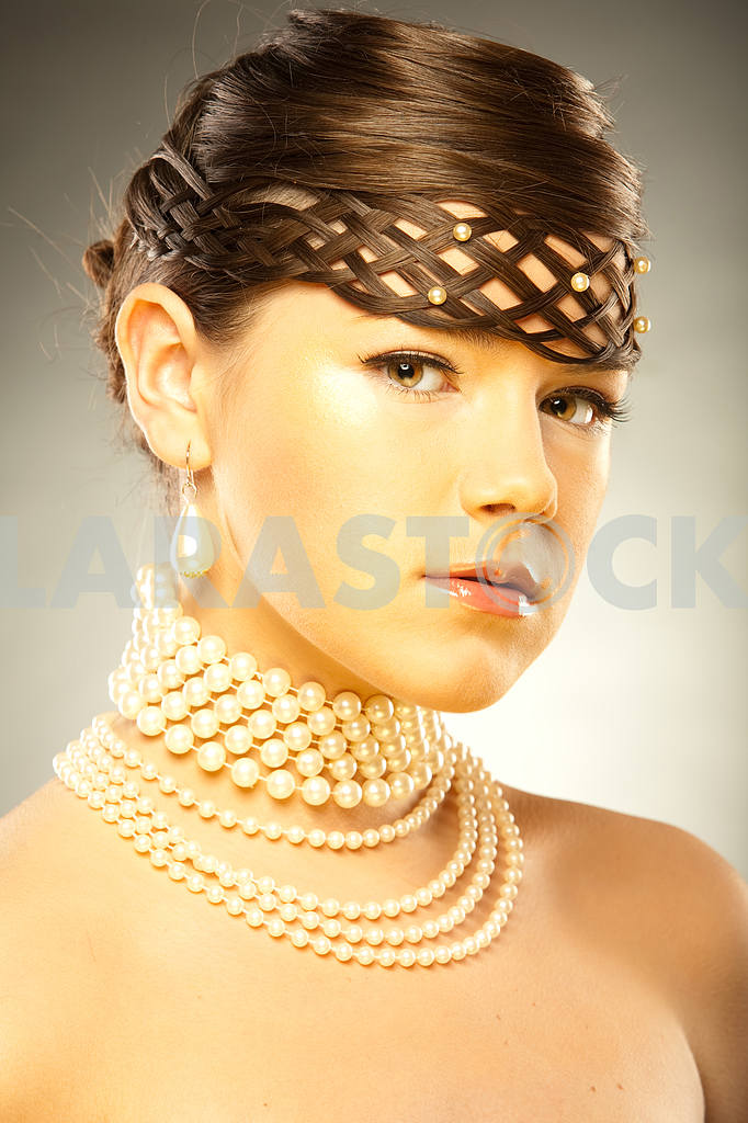 Portrait of a beautiful young luxury woman — Image 11007