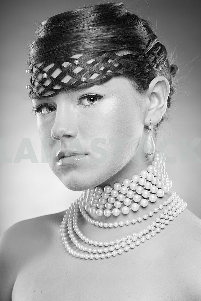 Portrait beautiful girl in pearl necklace — Image 11008