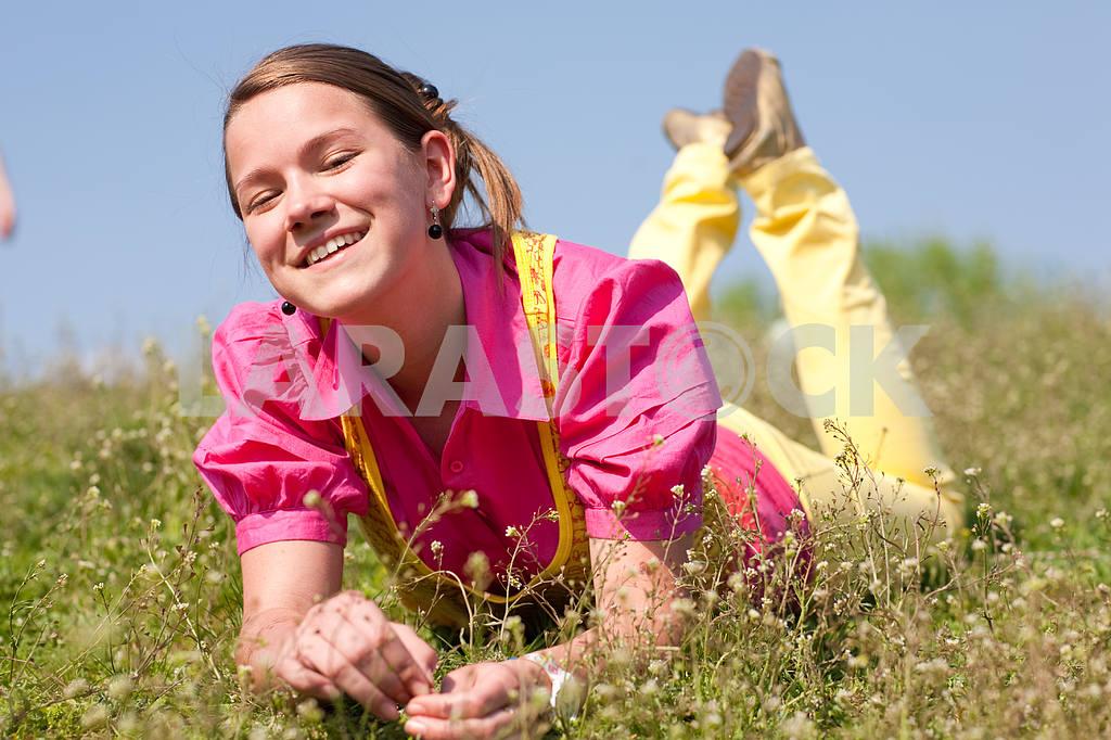 Довольно улыбается девушка расслабляющий на зеленый луг , полный цветов . Так — Изображение 11079