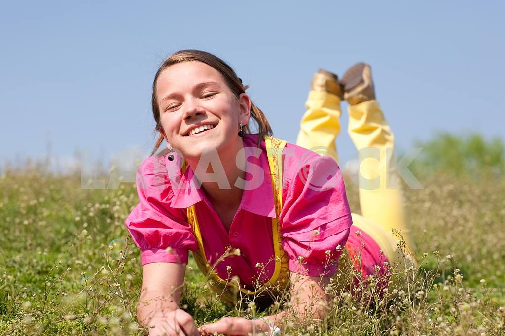 Довольно улыбается девушка расслабляющий на зеленый луг , полный цветов . Так — Изображение 11082