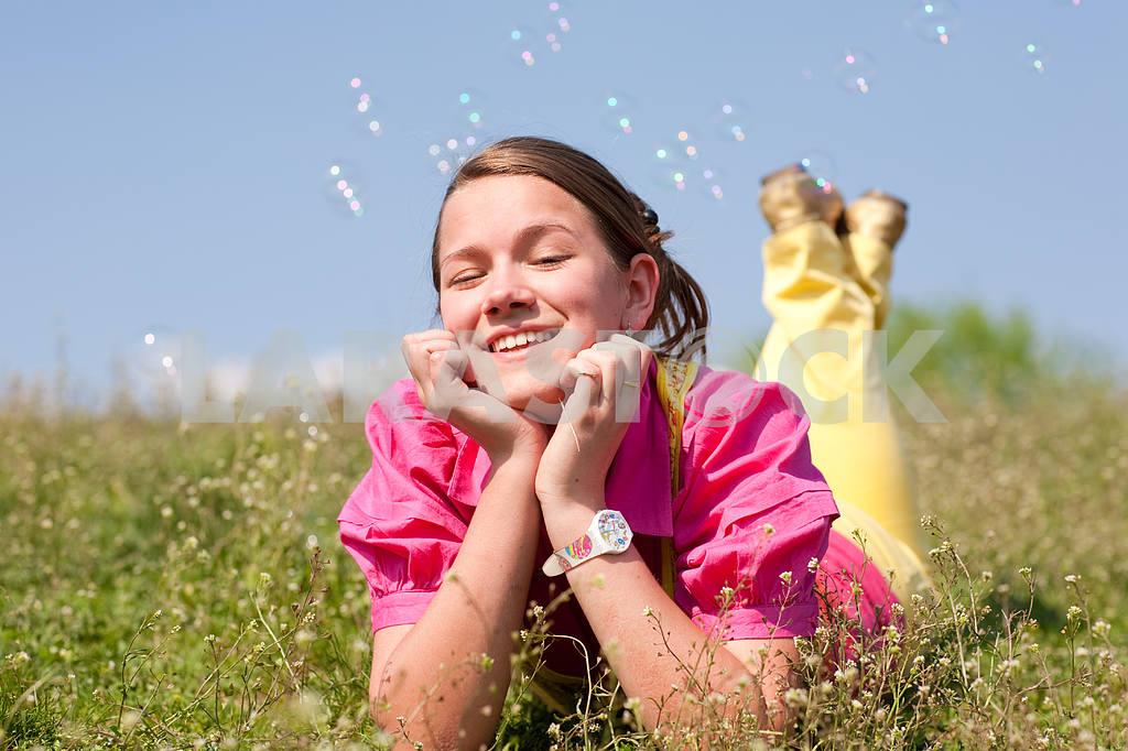Довольно улыбается девушка расслабляющий на зеленый луг , полный цветов . Так — Изображение 11084