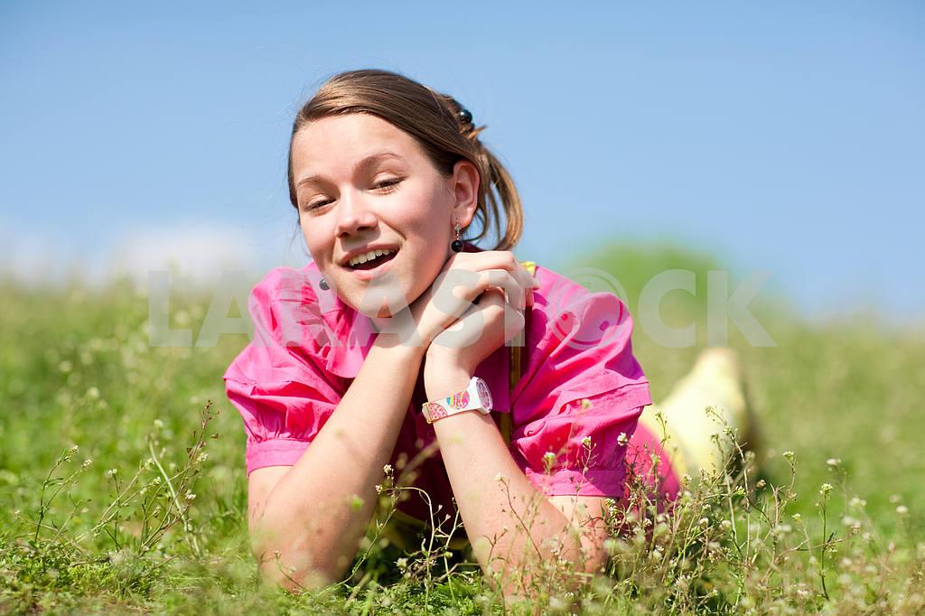 Довольно улыбается девушка расслабляющий на зеленый луг , полный цветов . Так — Изображение 11088