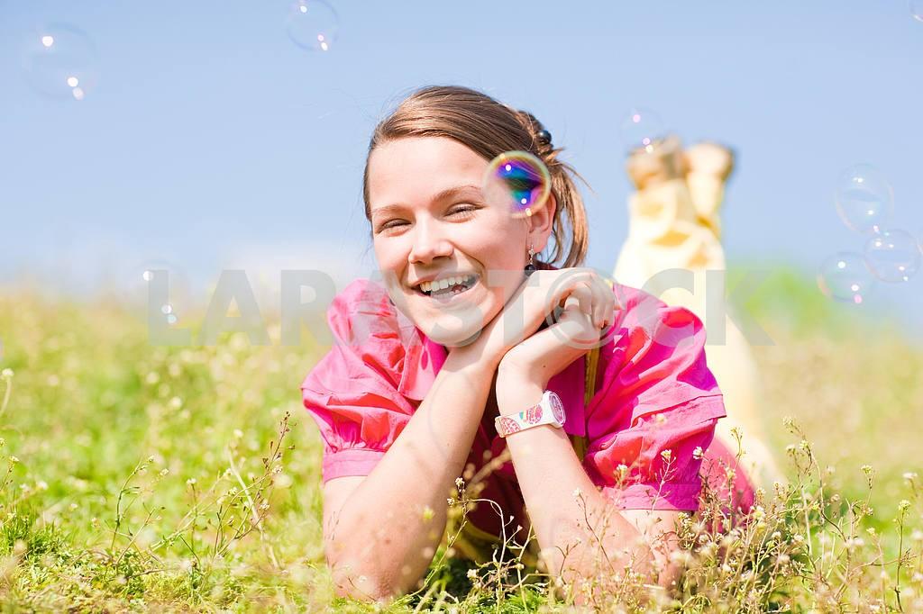 Довольно улыбается девушка расслабляющий на зеленый луг , полный цветов . Так — Изображение 11089