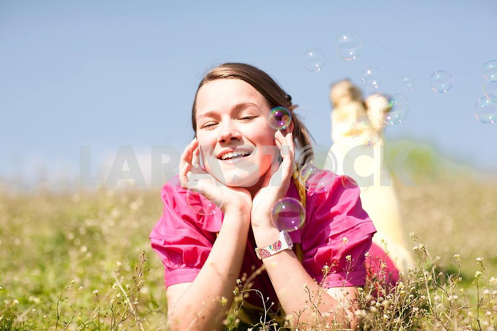Довольно улыбается девушка расслабляющий на зеленый луг , полный цветов . Так — Изображение 11090