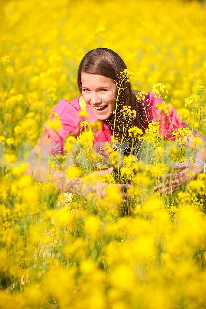 Довольно улыбается девушка расслабляющий на зеленый луг , полный цветов . Так — Изображение 11124