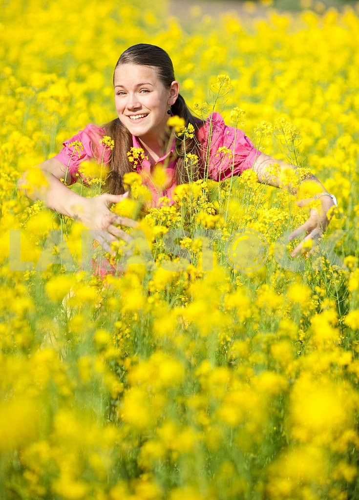 Pretty smiling girl on green meadow. Soft focus. Focus on eyes. — Image 11128