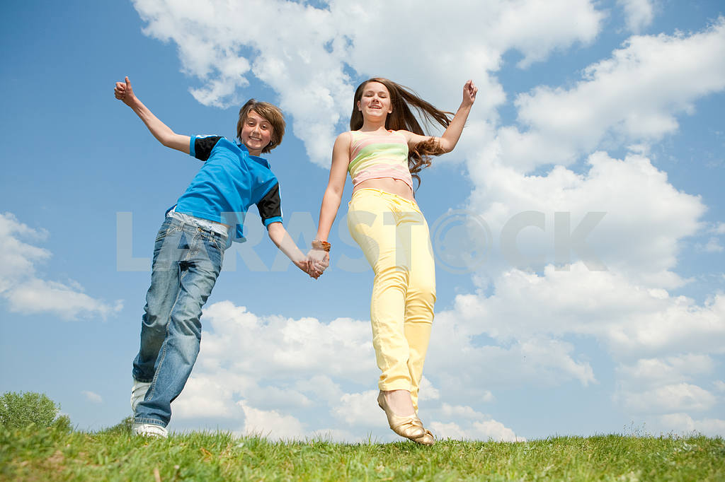 Girl and boy jumping — Image 11144