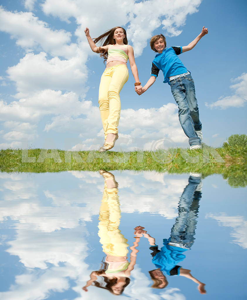 Girl and boy jumping — Image 11145
