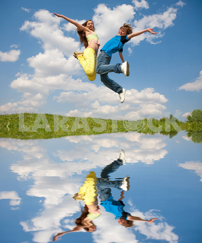 Girl and boy jumping — Image 11149