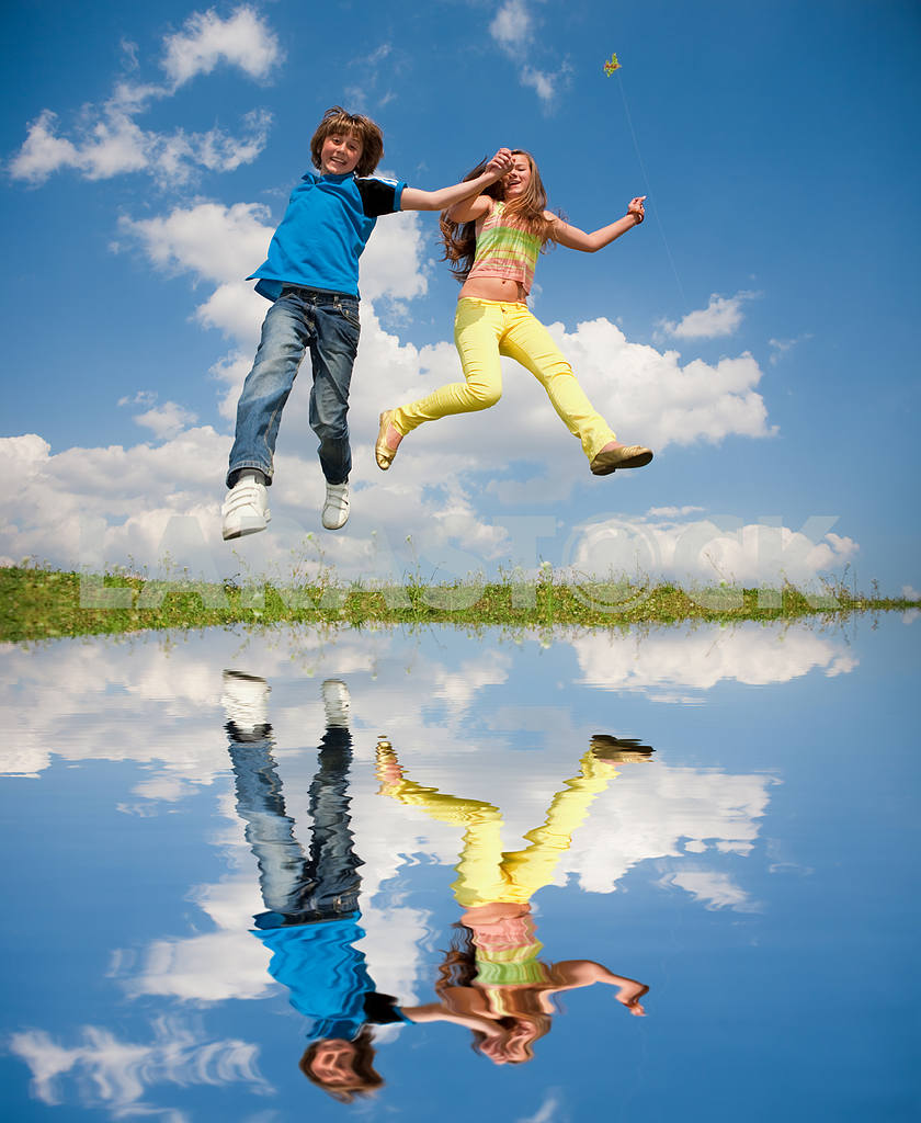 Girl and boy jumping — Image 11171