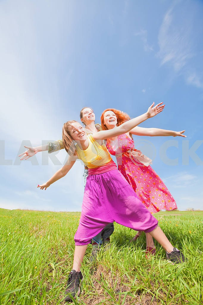 Happy people is jumping in field — Image 11520