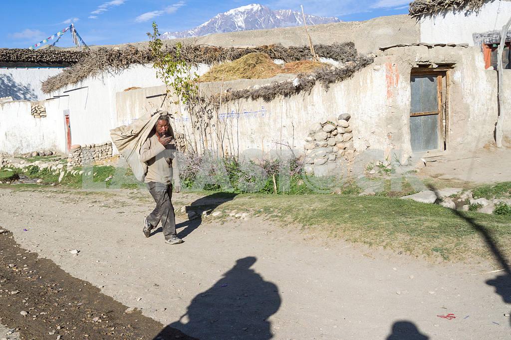 Мan on a city street Tsarang. — Image 13641