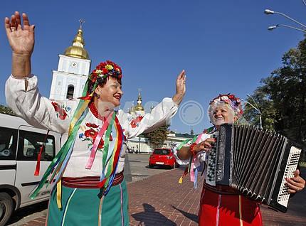 Женщины в украинских одеждах.