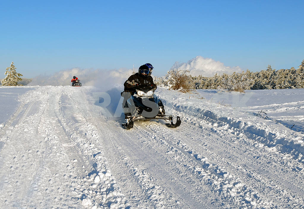 Mans goes on a snowmobile — Image 17042