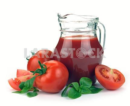 Кувшин томатного сока и фруктов