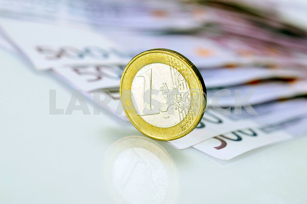 Coin one euro at EUR 500 banknotes — Image 17330